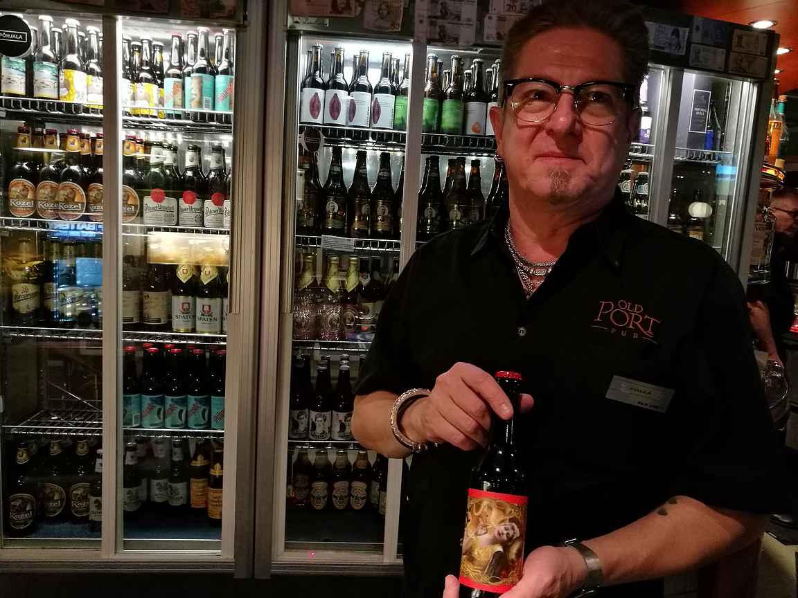 Silja Serenaden Old Port pubin baarimestari Pekka A. ja hänen suosikkioluensa Dekadents.