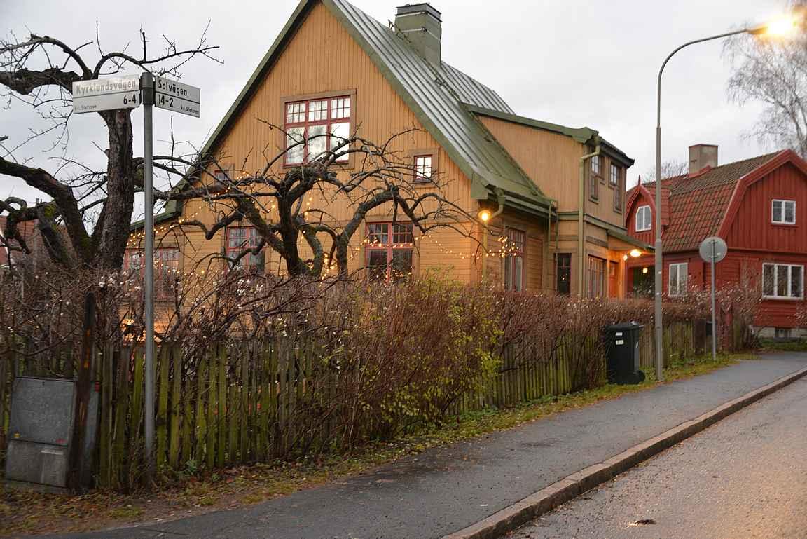 Gamla Enskeden puutaloidylli on vain vartin automatkan päässä Tukholman keskustasta.