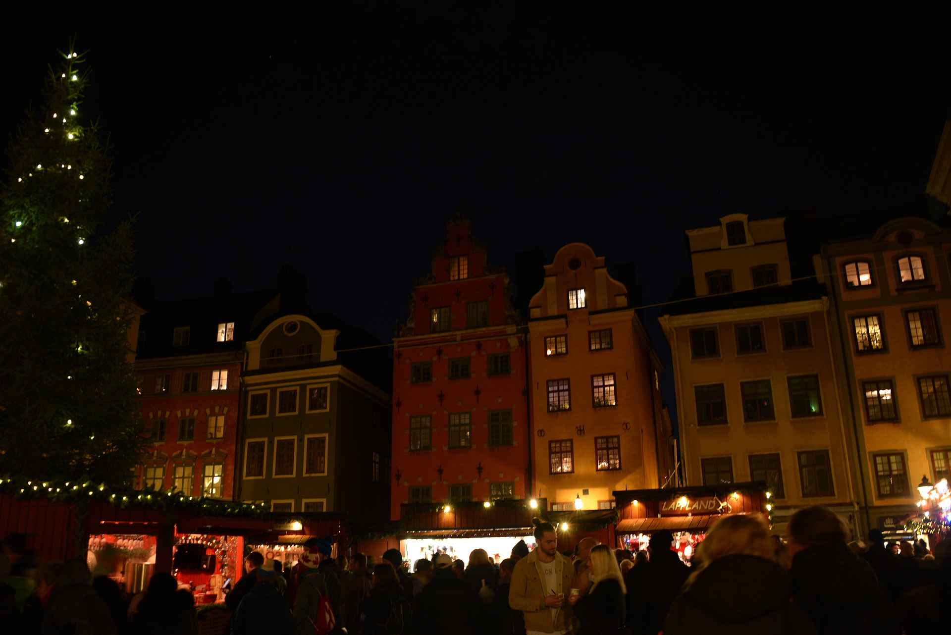 Vanhan kaupungin joulumarkkinat ovat parhaimmillaan illalla juuri ennen sulkemisaikaa.