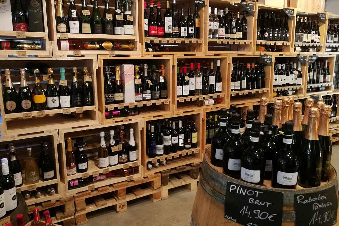 Viinivalikoima on viinin ystävien mieleen.