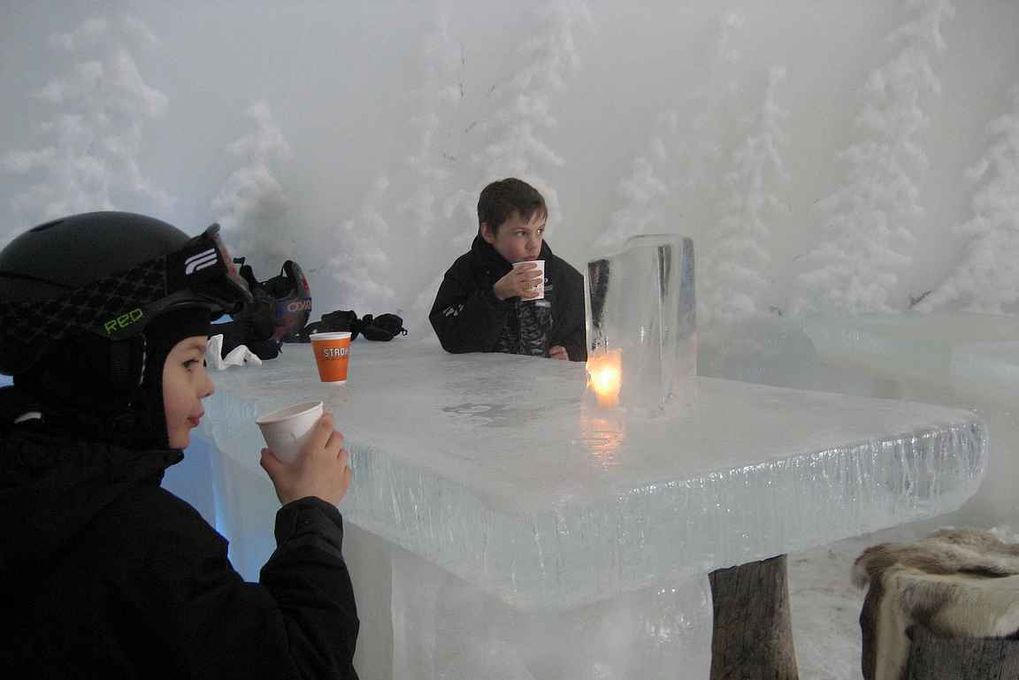 Jääbaareja on erilaisia - tässä vuonna 2009 poikien kanssa kaakaolla.
