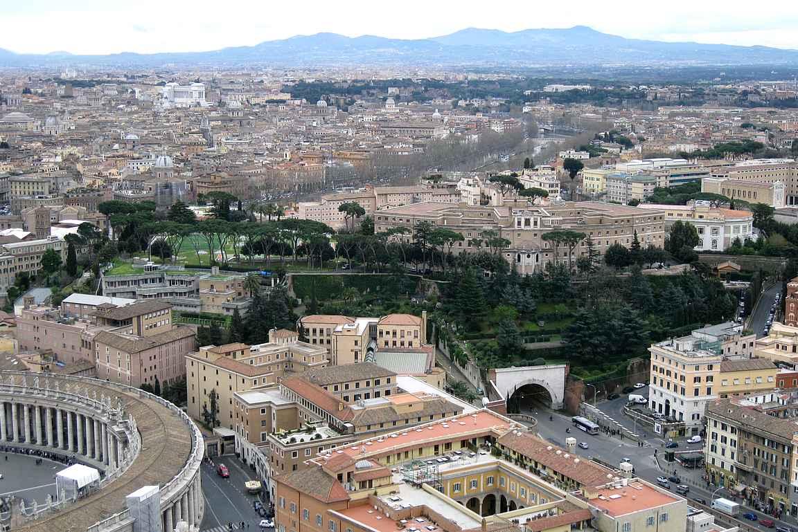 Pietarin kirkon katolta avautuu upeat näkymät ympäri Roomaa.