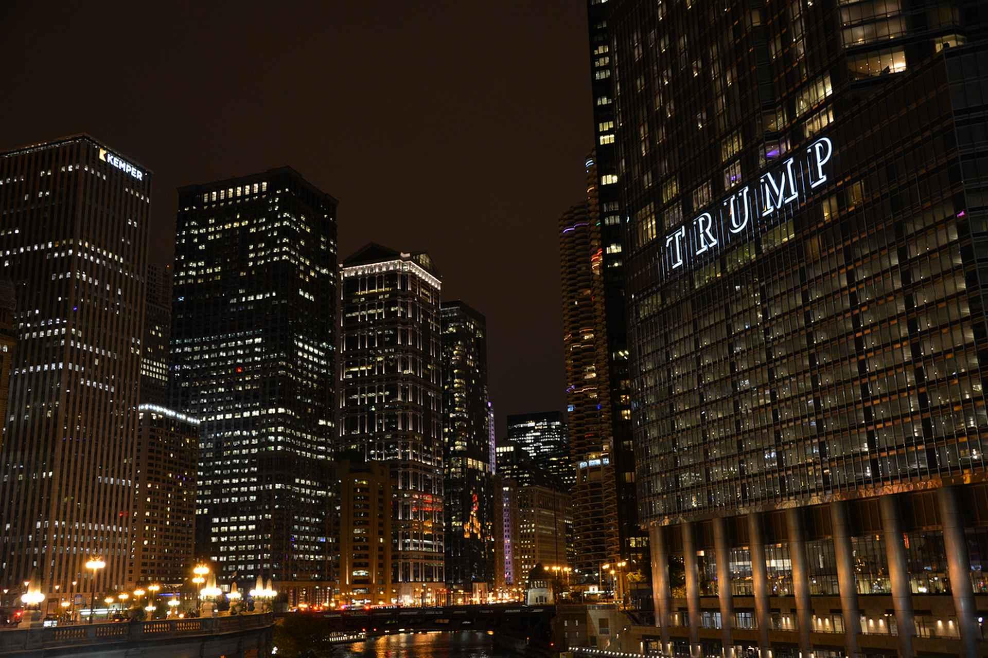 Chicagojoen molemmin puolin on upeita pilvenpiirtäjiä.