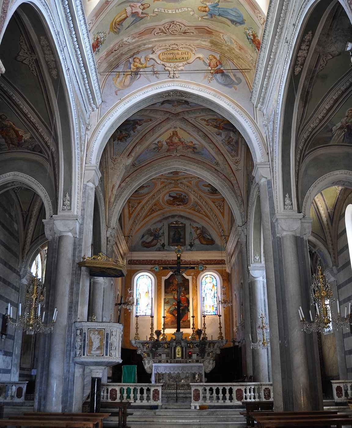 Corniglion kirkko on varsin mahtipontinen kylän kokoon suhteutettuna.