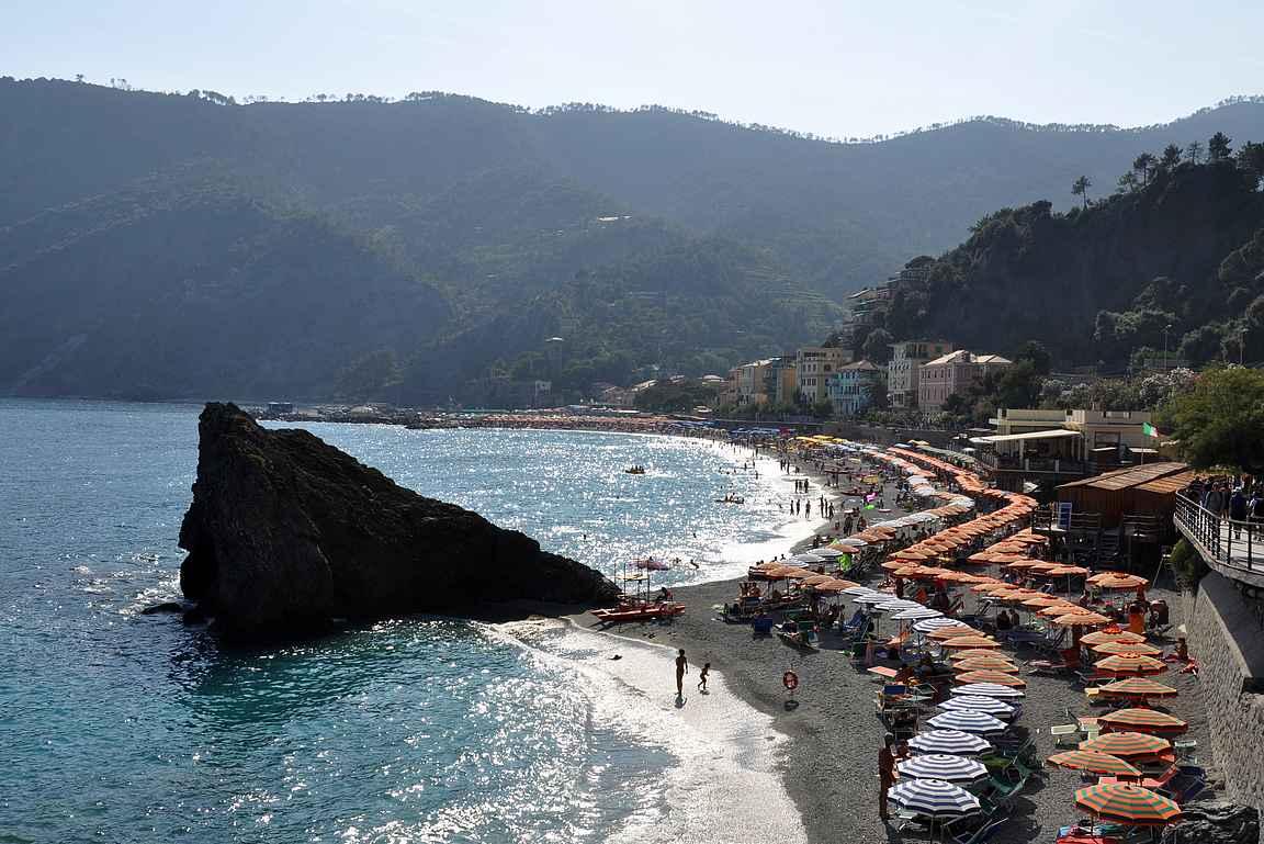Monterossa al Mare näyttää ensisilmäyksellä pieneltä Välimeren rantalomakohteelta.