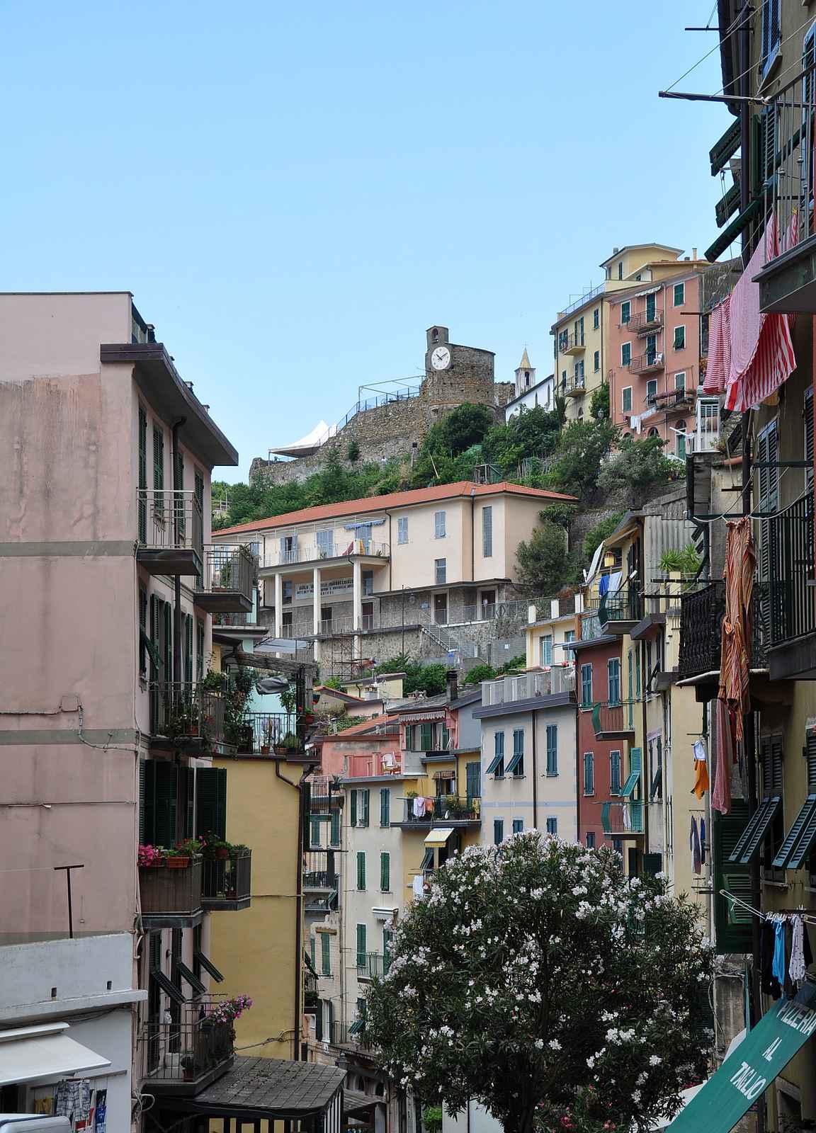 Cinque Terren kylät ovat rakennettu vuorenrinteiden ja meren puristukseen.
