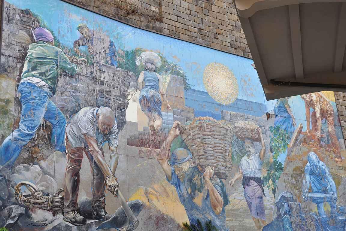 Riomaggioren rautatieaseman maalauksessa kuvataan rautatien rakennustöitä.
