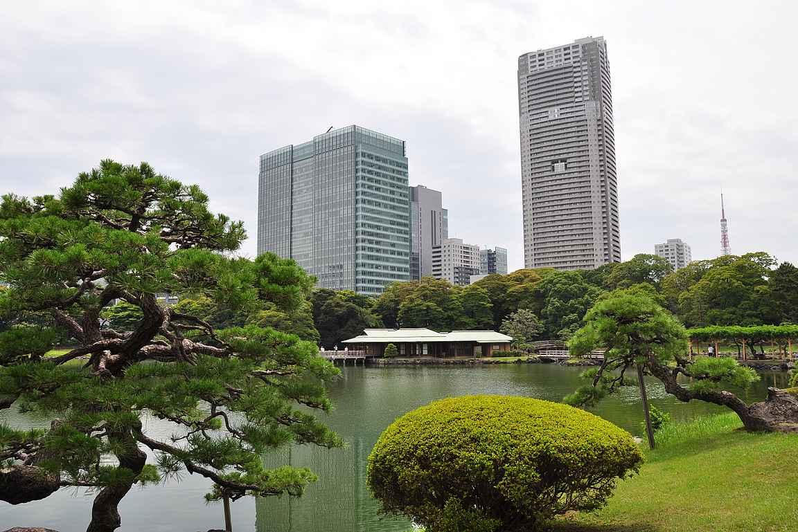 Hamarikyu puutarhassa yhdistyy suurkaupungin syke ja japanilainen harmonia.