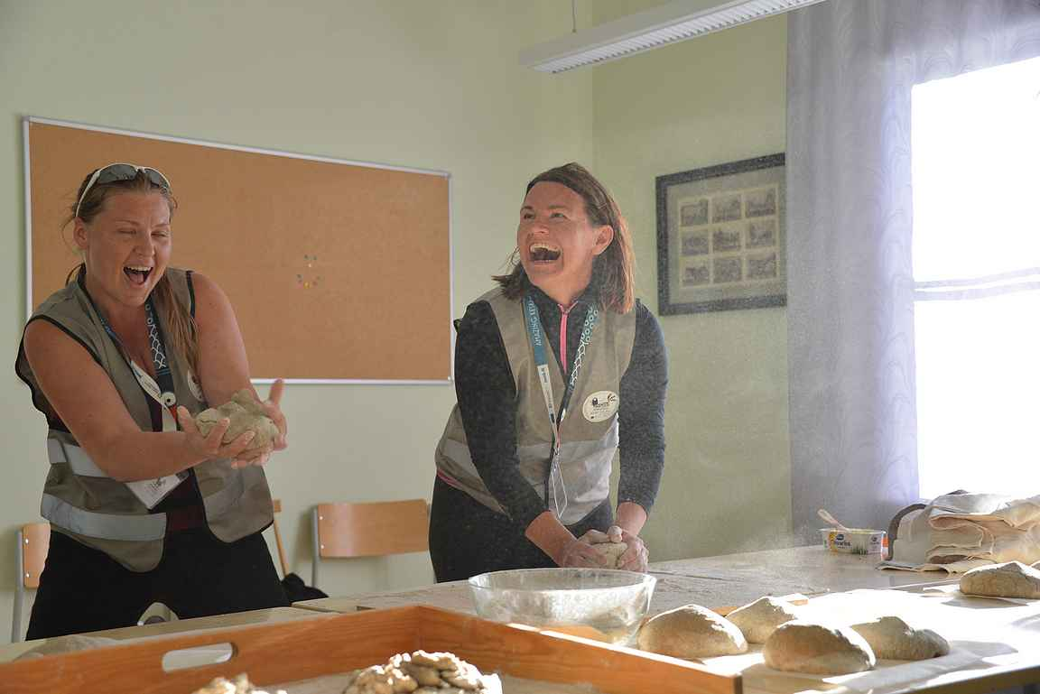 Saarijärven Sinisessä talossa Saana ja Gia puolestaan pyöräyttivät ruisleivät.