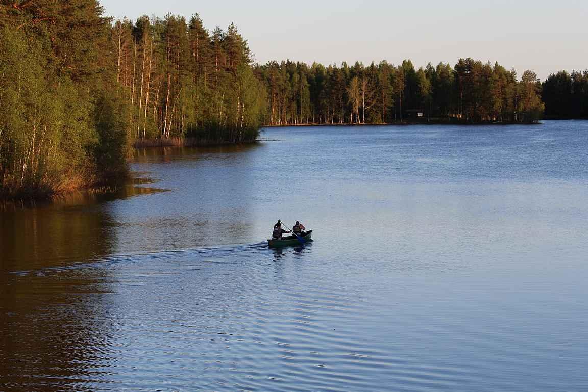 Melontaa Petäjäveden tyynellä pinnalla toukokuussa copyright Henna Siltanen, JAMK