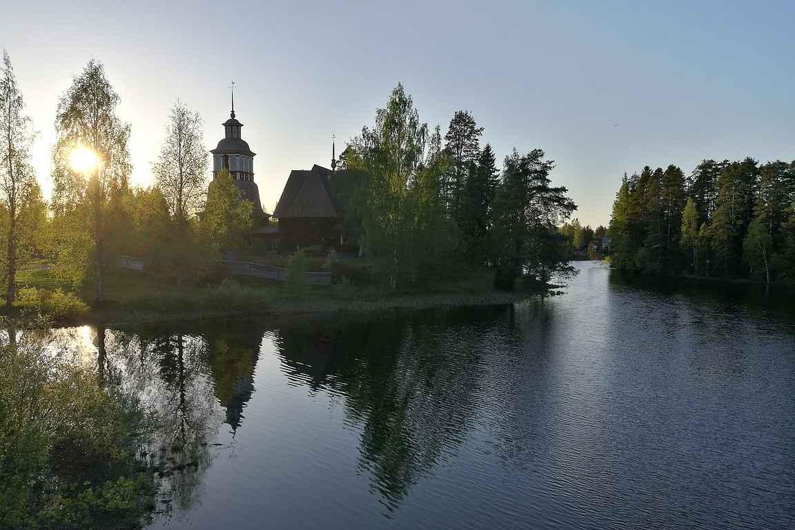 Petäjäveden vanha kirkko sijaitsee upeissa maisemissa.