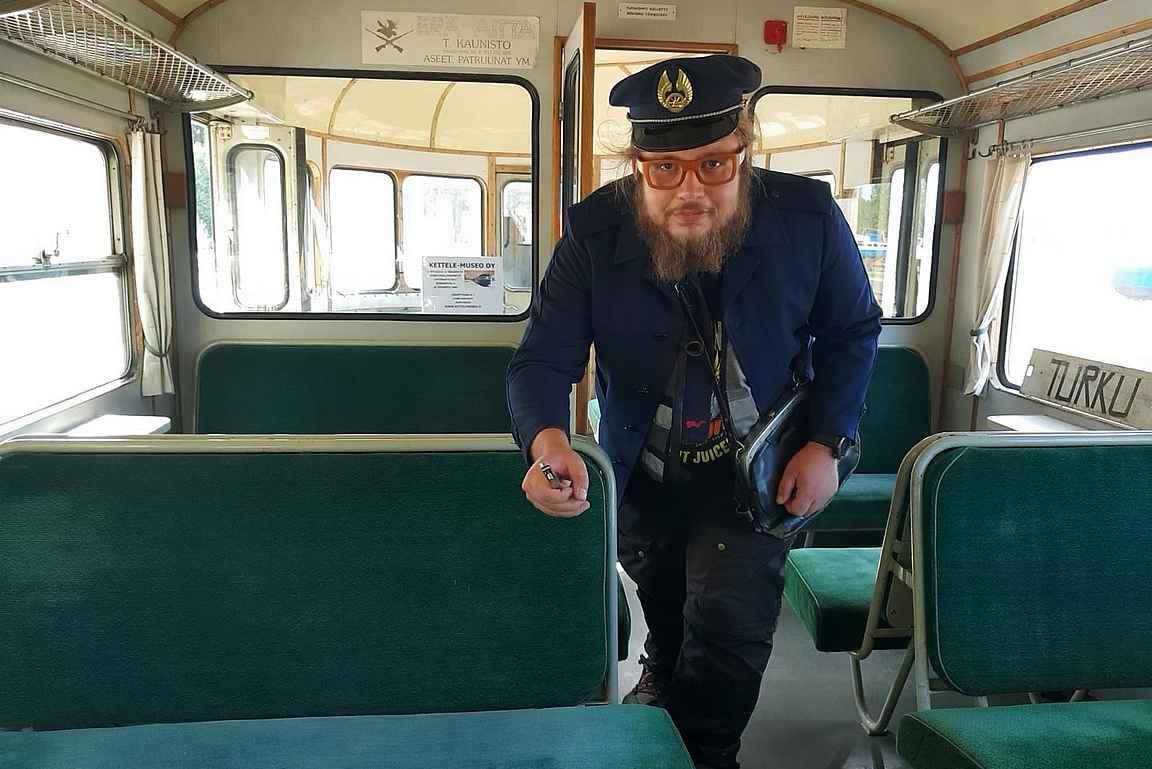 Antti tarkisti sillä välin Lättähatun matkustajien matkaliput.