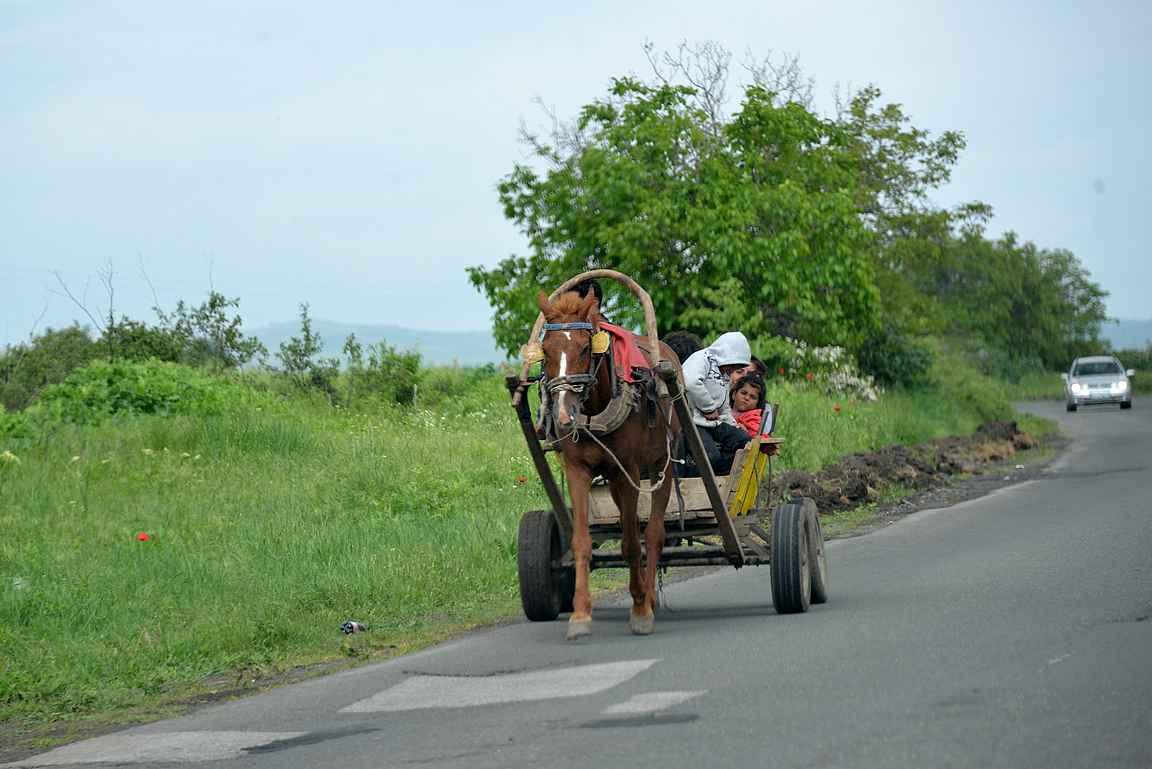 Mustalaisperheiden hevosvankkurit ovat tuttu näky maanteillä.