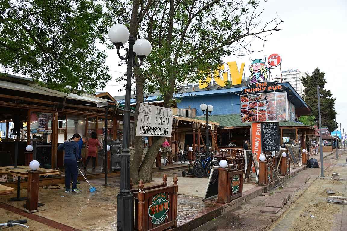 Sunny Beachin ravintolakatu Flower Street oli vielä talven jäljiltä karu näky ravintoloiden vasta avatessa oviaan.