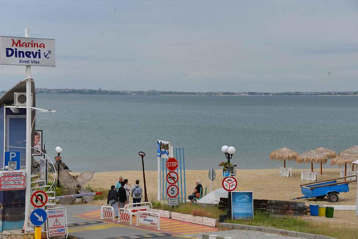Sveti Vlasin huvivenesataman vieressä on upea ranta, joka jatkuu pitkälle Sunny Beachille saakka.