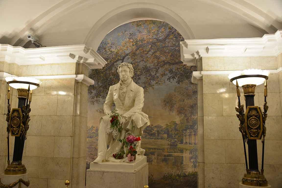 Pushkinskajan asemalta löytyy Alexander Puskhinin patsas.