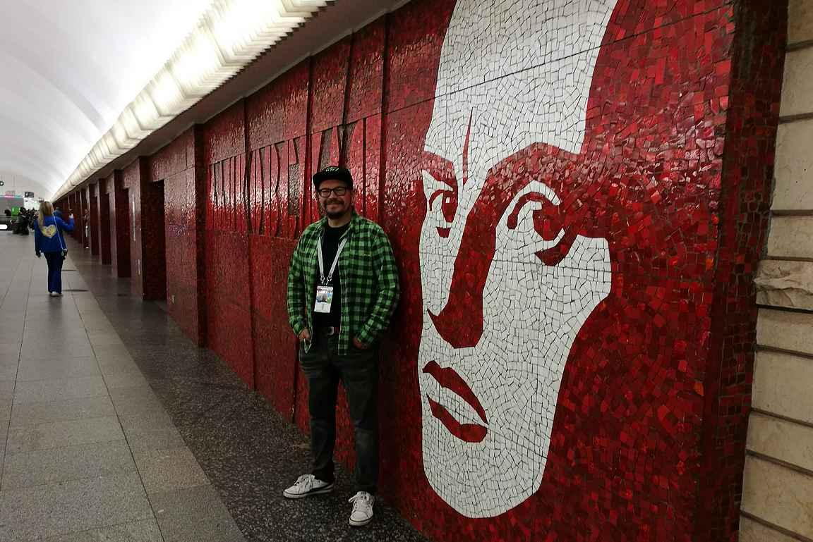 Mayakovskayan asemalla on upea punainen mosaiikkiseinä.