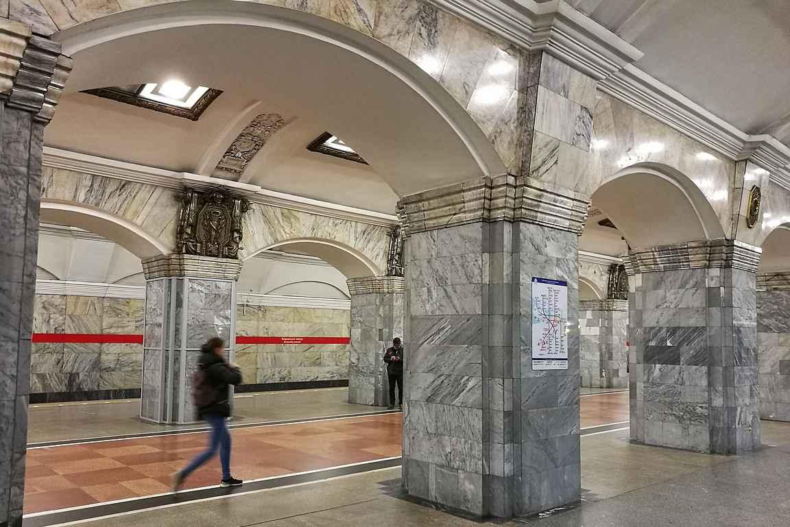 Kirovski Zavod - upeat pylväät ja neuvostoteollisuuden ylistystä.