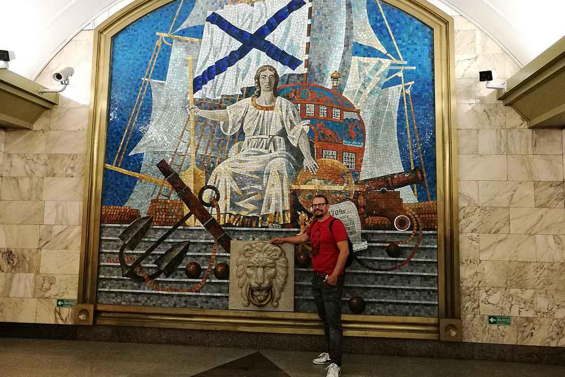 Admiralteyskaya on täynnä upeita maalauksia.