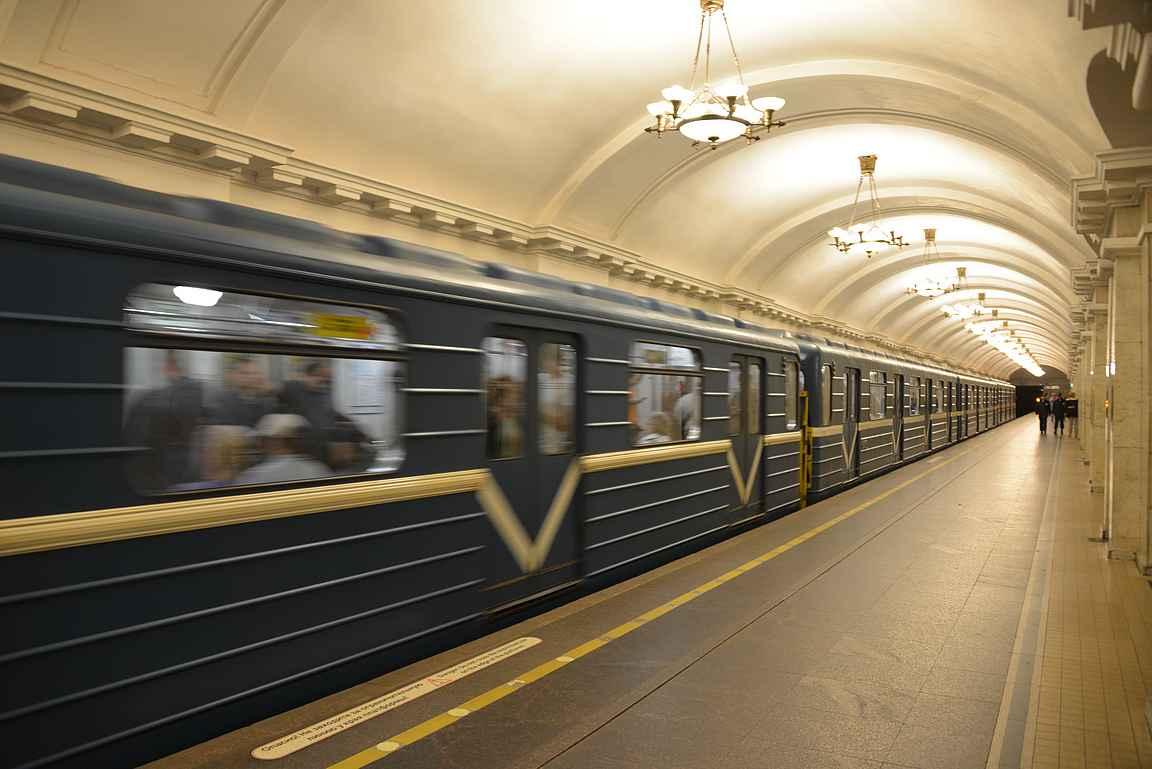 Tyylikäs ja pelkistetty asemalaituri - suurin osan Pietarin metroista on sinisiä.