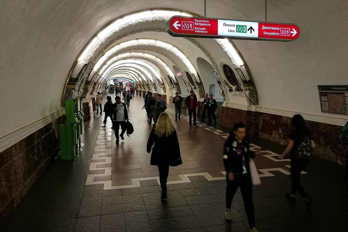 Ploschad Vosstania sijaitsee Moskovaan lähtevän rautatieaseman läheisyydessä ja on nimetty vallankumousaukion mukaan.