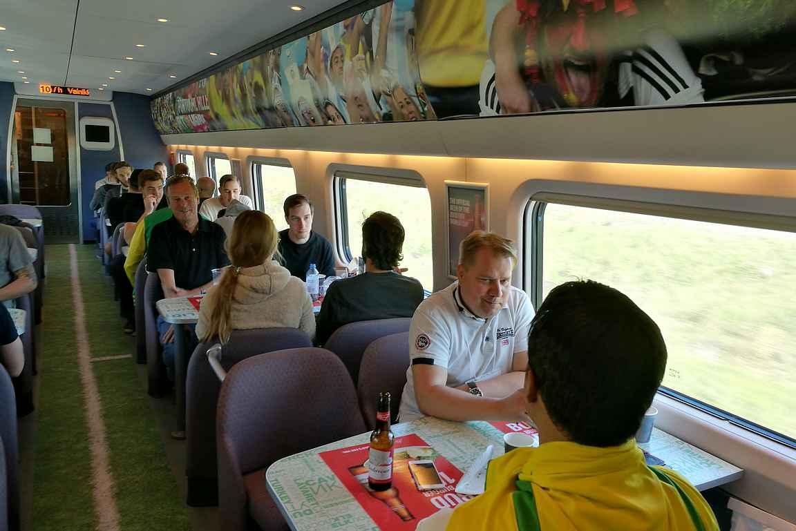 Jalkapallon MM-kisat oli huomioitu Allegron ravintolavaunun sisustuksessa.