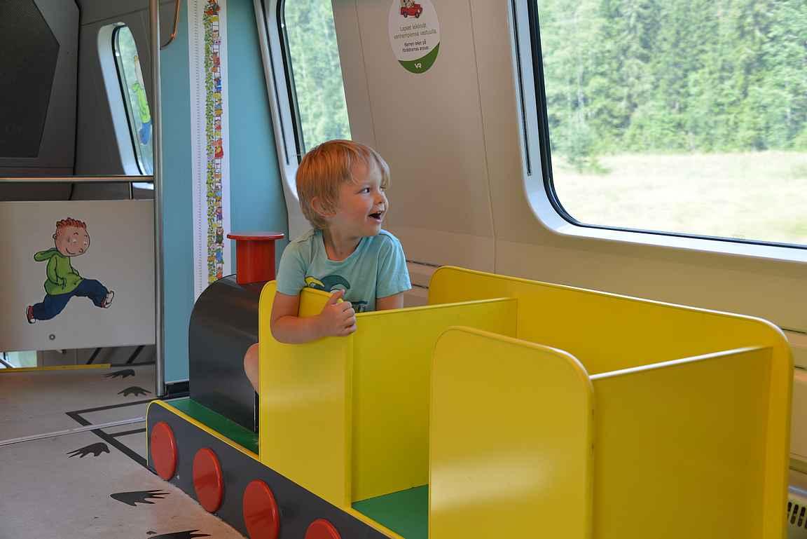 Lapset nauttivat junamatkoista ja itse pääsee rentoutumaan ajomatkojen sijasta.