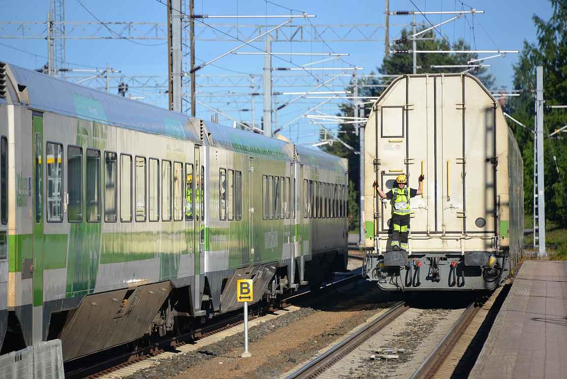 Rovaniemellä autovaunut irrotettiin junasta ja siirrettiin purkulaiturille.