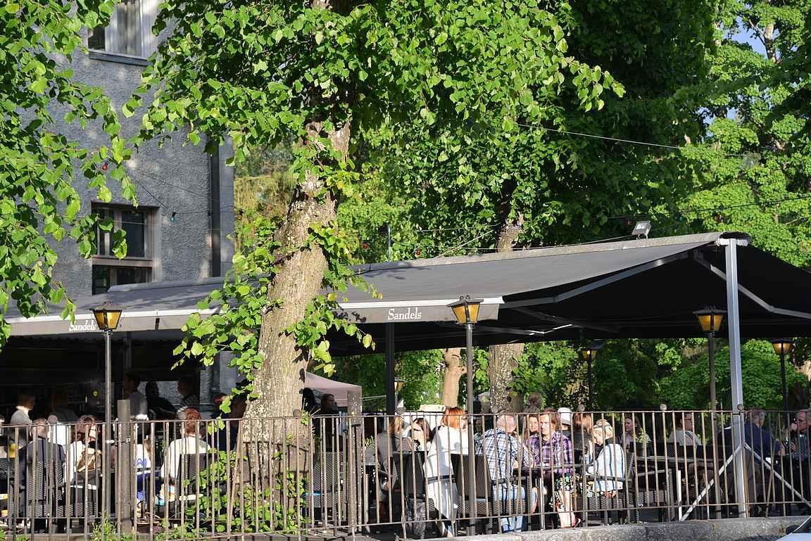 Isä Camillon terassi on mukavan vehreä keskellä keskustaa.