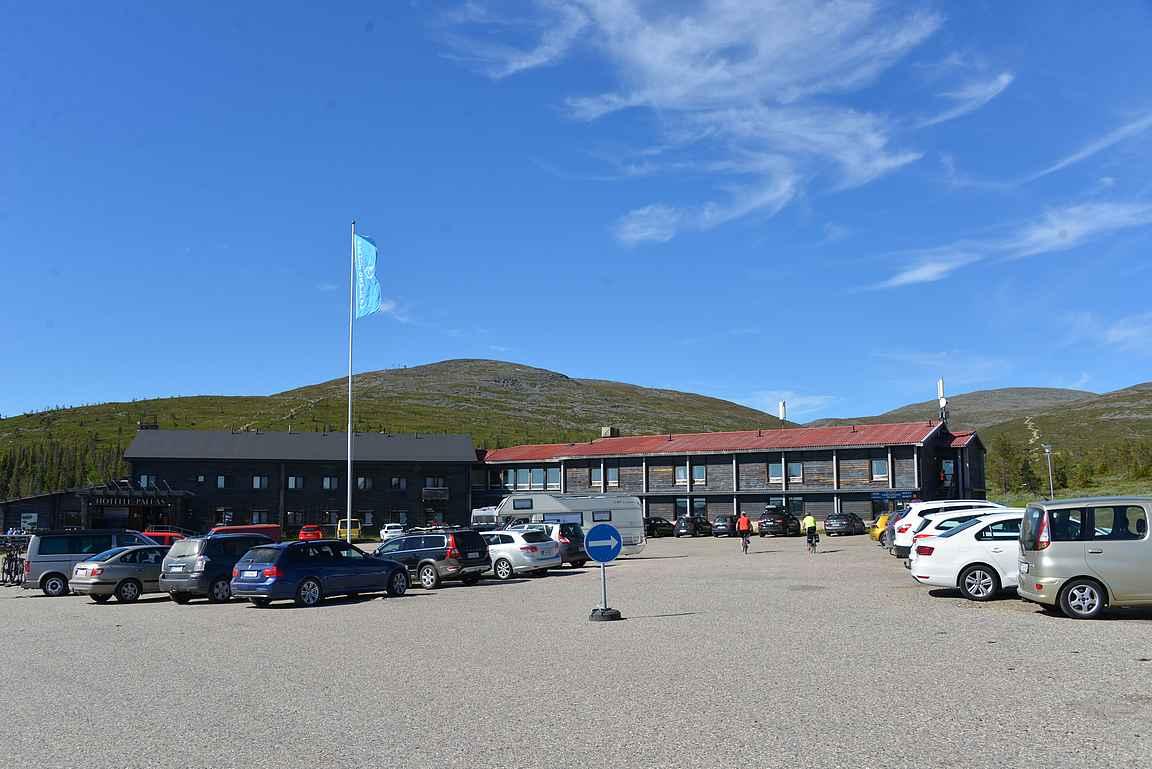 Pallas hotelli sijaitsee keskellä kansallispuistoa. Taustalla näkyy Pallastunturin laskettelurinteet.