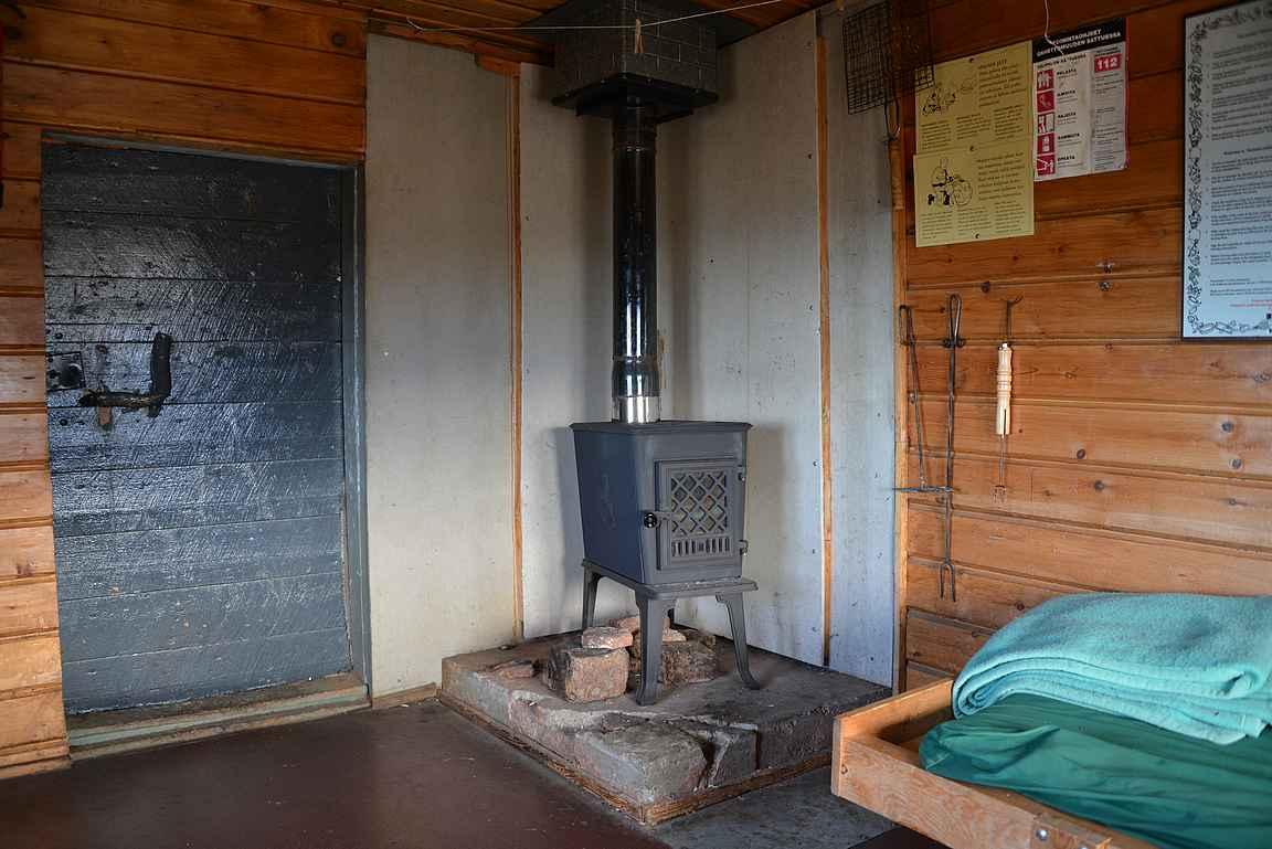 Kamiinan avulla voi lämmitellä kylmällä ilmalla.