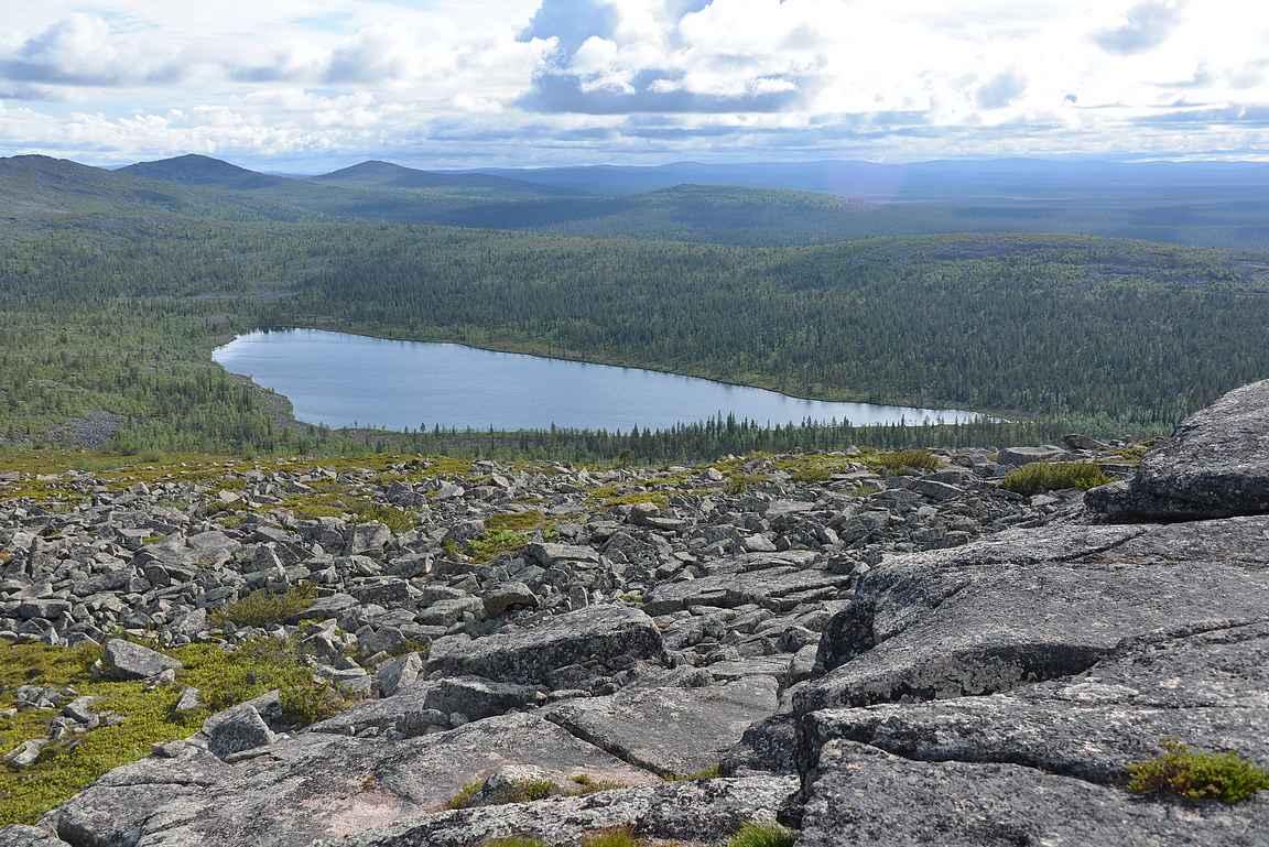 Sukkulalampi ja taustalla näkyvä Urho Kekkosen kansallispuiston tunturialue.