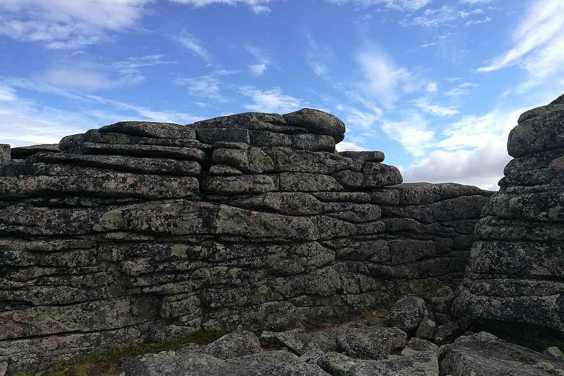Luonnon muokkaamat kivikasat miljoonien vuosien takaa.