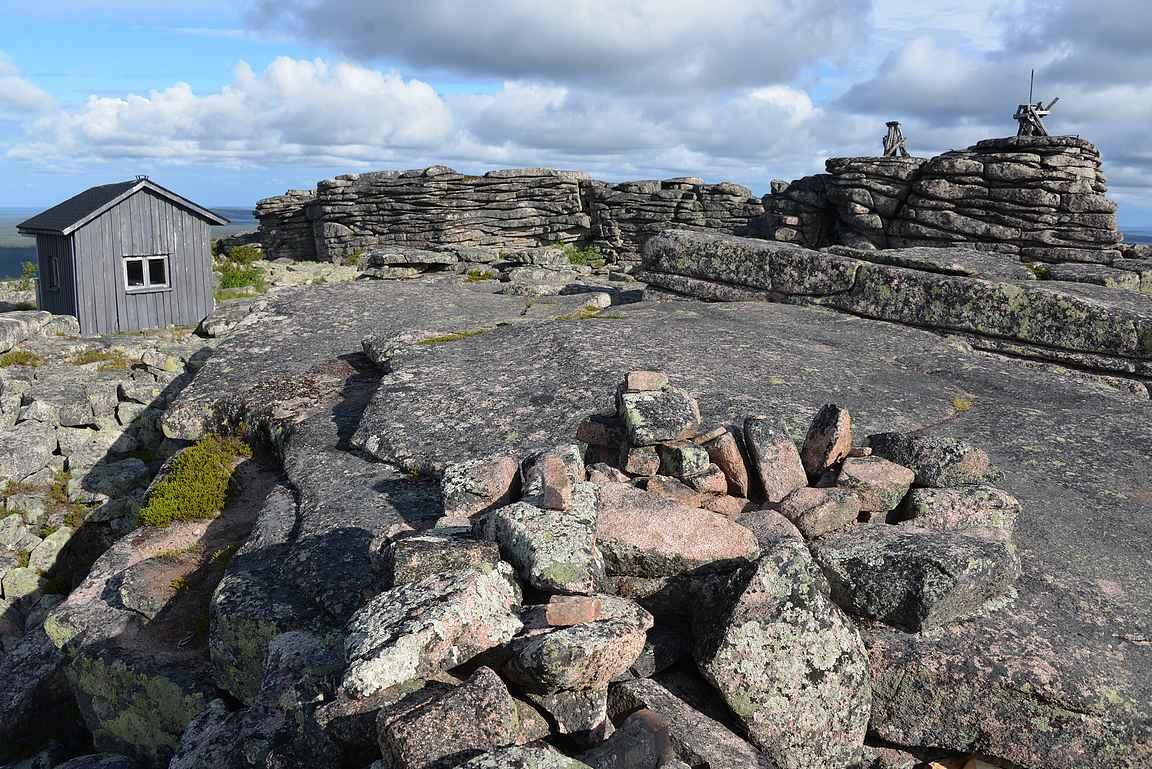 Palovartian tupa ja graniittiset kivikasat eli toorit.