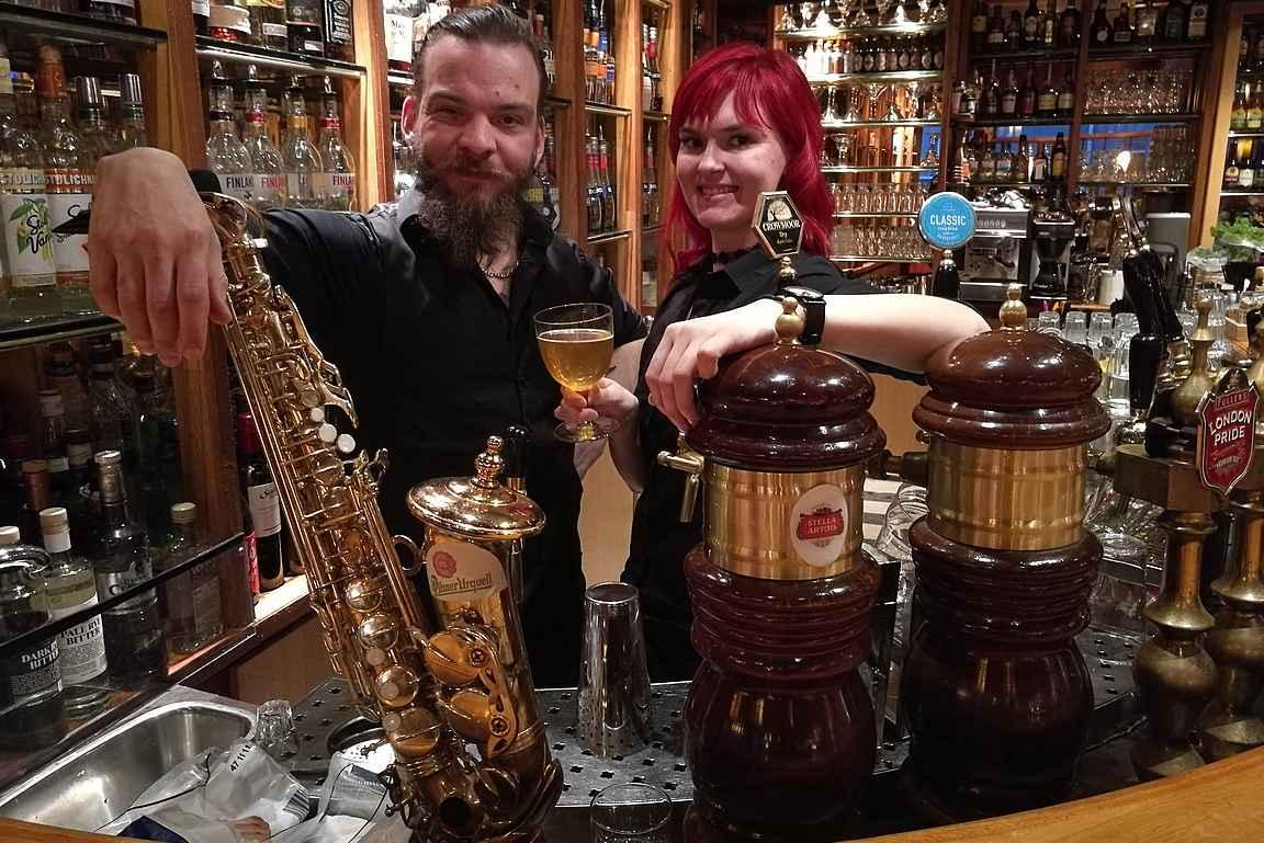 Aku ja Laura tarjoilee ammattitaidolla oluet ja puhaltaa tulet sopivan tilauksen tullen.