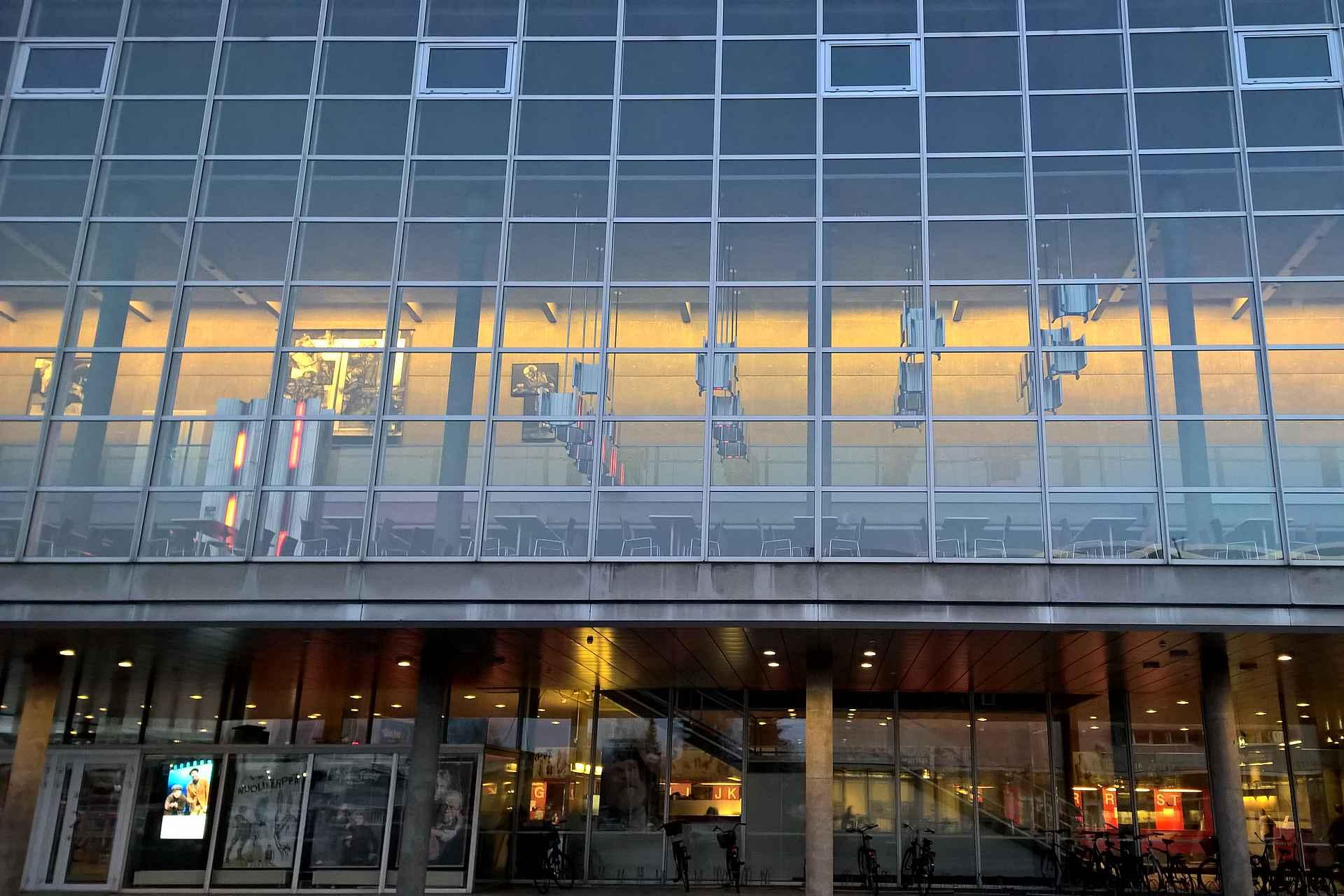 Oulun Kaupunginteatterin rakennus on yksi Suomen upeimpia arkkitehtuurisia helmiä.