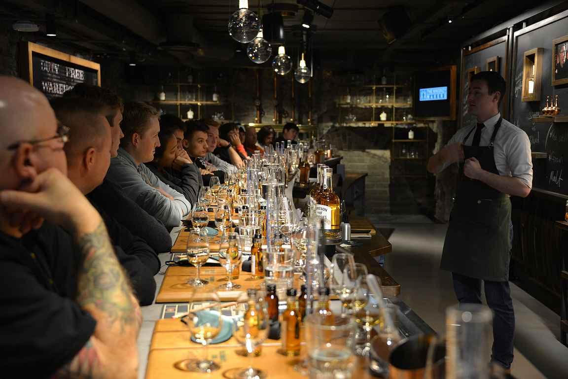 Osallistujat kuuntelivat tarkkaavaisina kaikki pienetkin asiat Jamesonin historiasta ja eri viskien valmistuksesta.