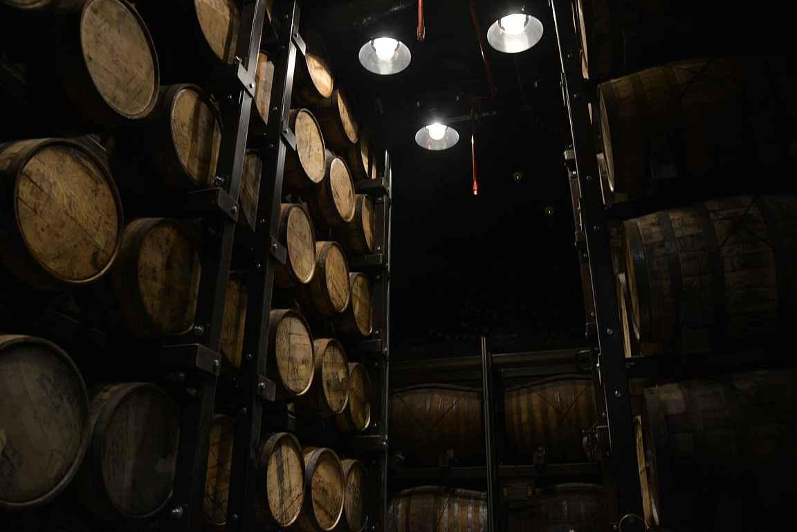 Viskitynnyrien säilöntävarastossa käynti oli kierroksen kohokohta maisteluineen.