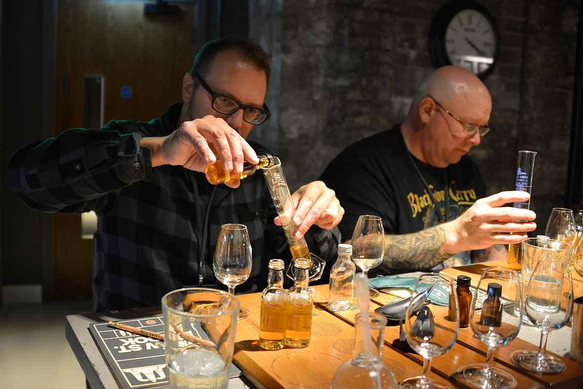Oman viskin valmistaminen on tarkkaa puuhaa.