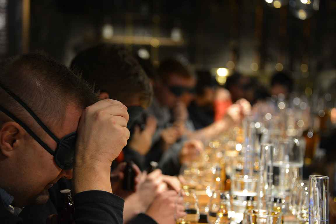 Ensiksi silmälaput päähän ja hajuaistin varassa tutkittiin eri viskien ainesosia.