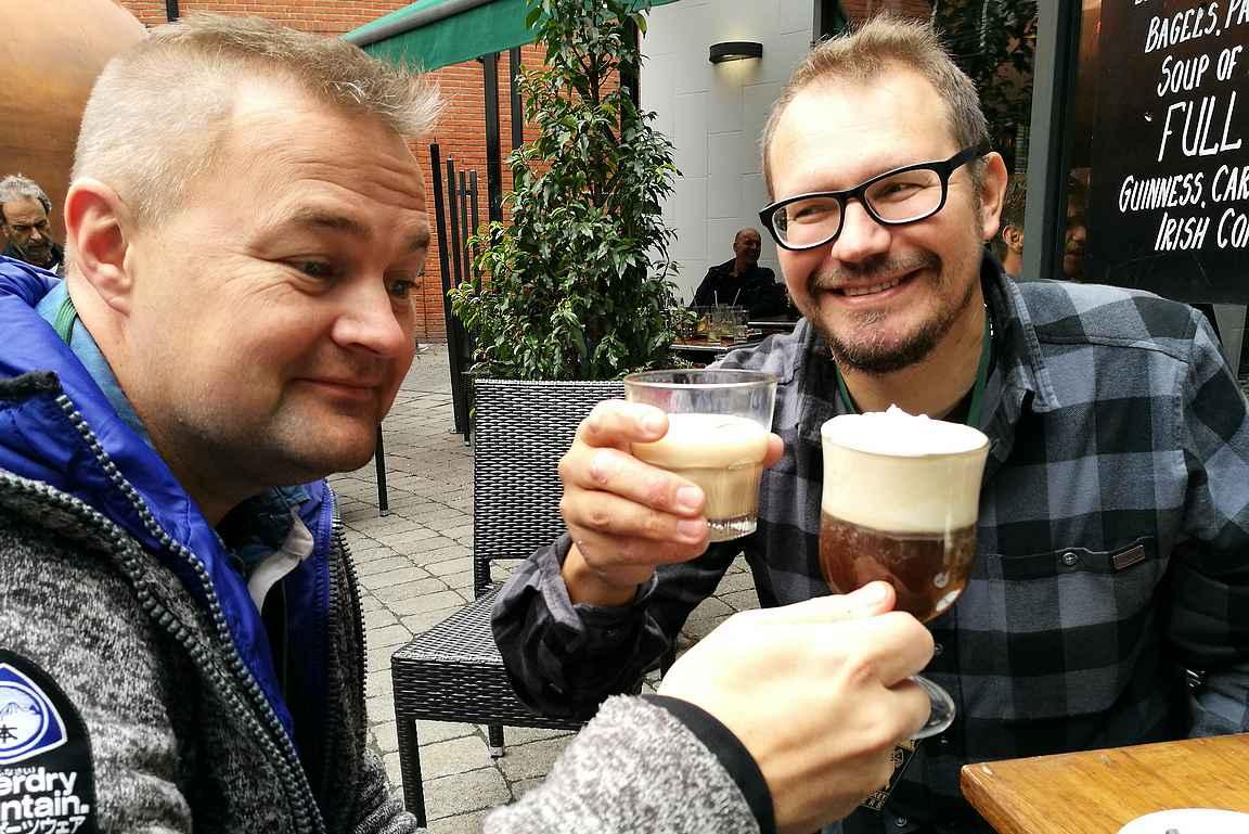 Perinteiset Bailey's ja Irish Coffee maistuivat myös Jamesonin tislaamon sisäpihalla viskinvalmistajan kierrosta odotellessa.