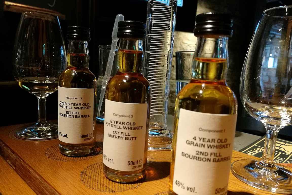 Maisteluosuuden ja oppitunnin jälkeen olimme valmiita sekoittamaan oman viskimme kolmesta eri viskistä.