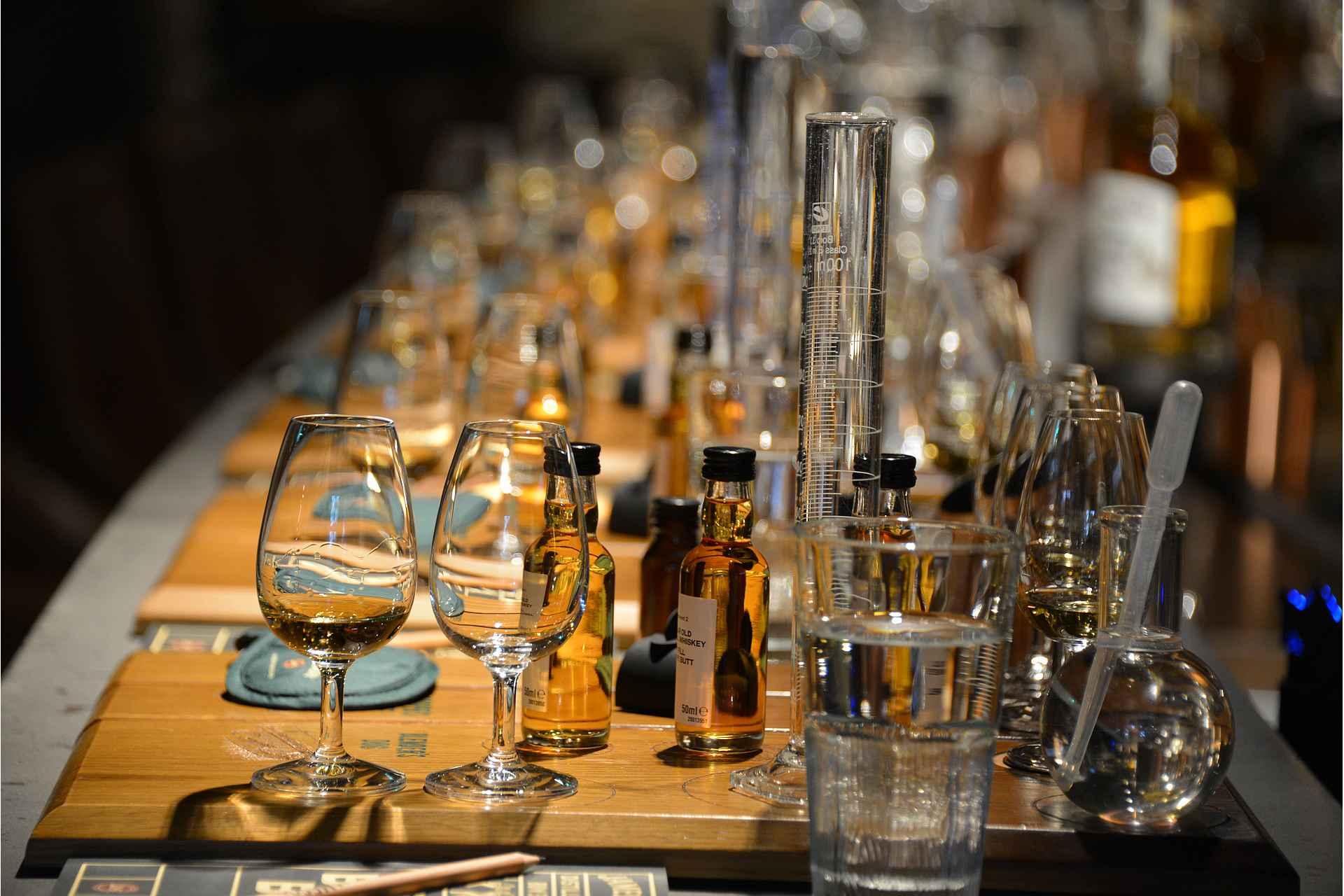 Viskinmaistelu- ja valmistuspiste valmiina 16 The Whiskey Makers -kierroksen osallistujalle,