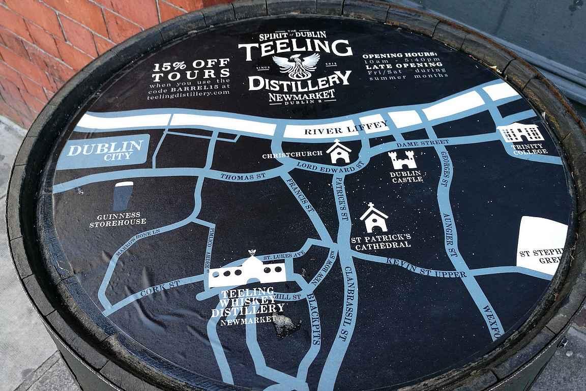 Teeling Distillery näkyy Dublinin katukuvassa usean pubin edessä olevassa mainostynnyrissä alennuskoodeineen.