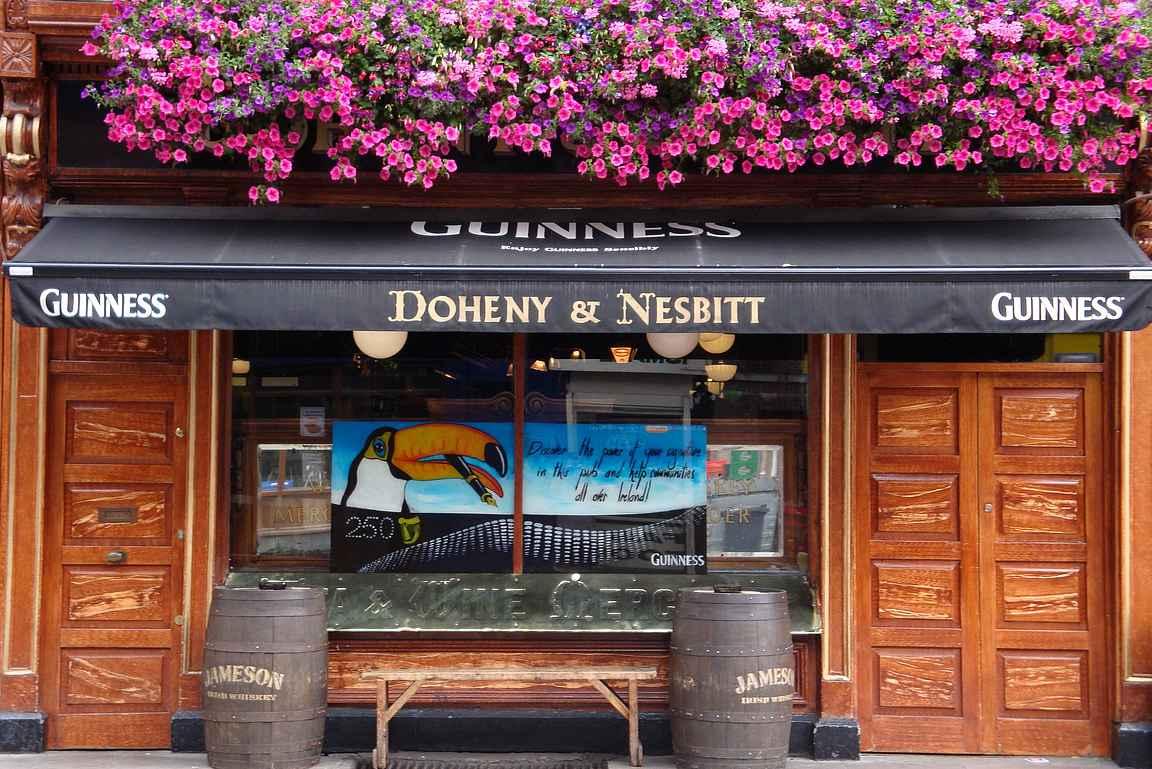 Doheny & Nesbitt houkuttelee sisään jo ulkosivullaan.