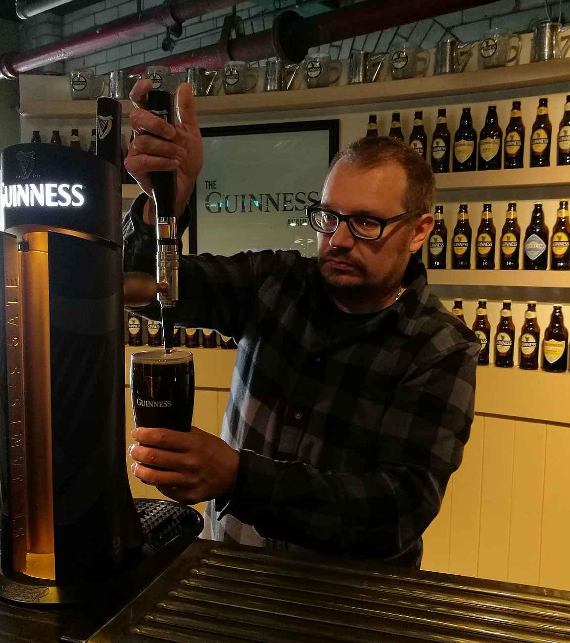 Dublinin pub-kulttuuriin tutustuessa kannattaa käydä opiskelemassa täydellisen Guinness tuopin kaato Guinness Storehouse Academyssä.