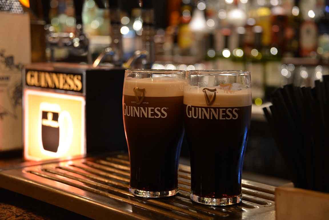 John Kavanagh's - Guinnessille haudankaivajien kanssa.