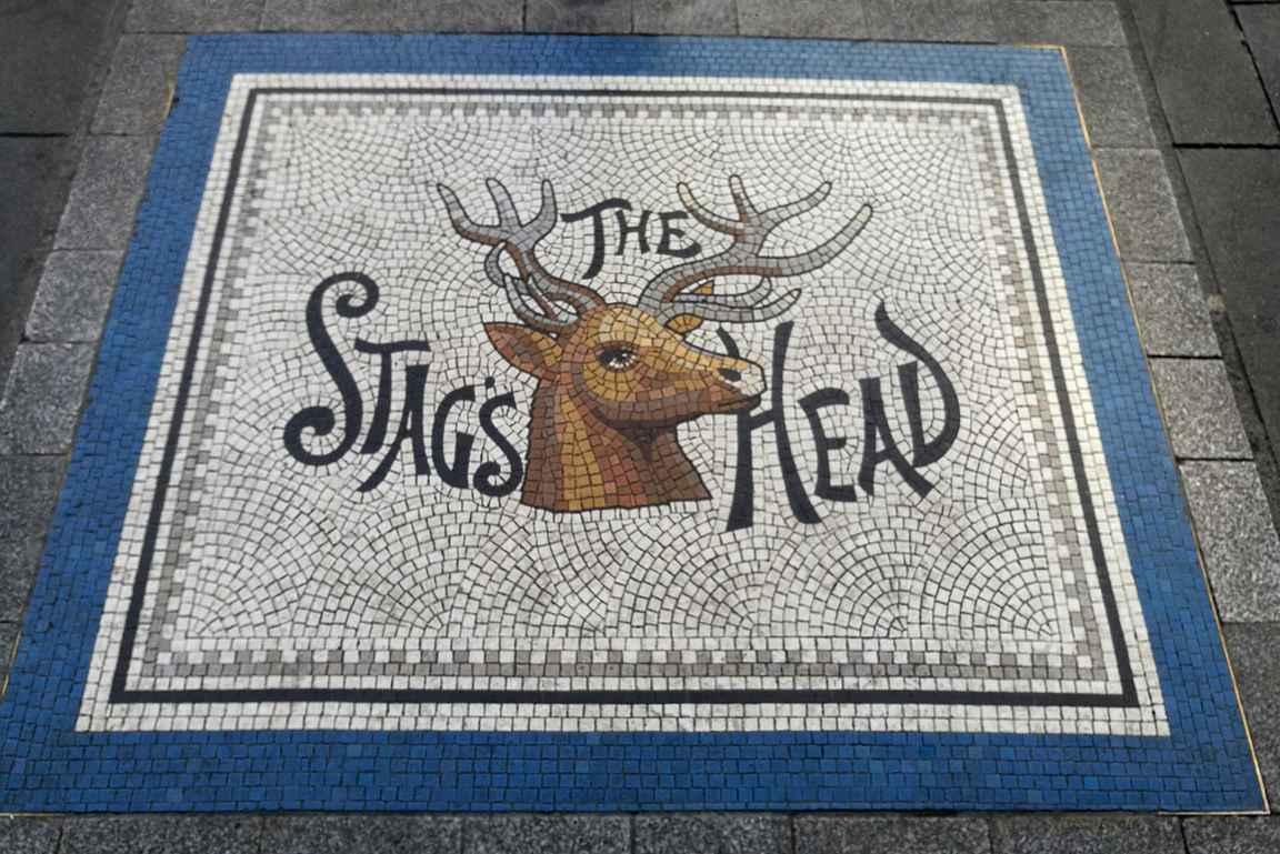 Lord Edvard Streetillä on mosaiikkityö siinä kohdalla, mistä pääsee oikopolkua Stag's Headiin sivukujalle.