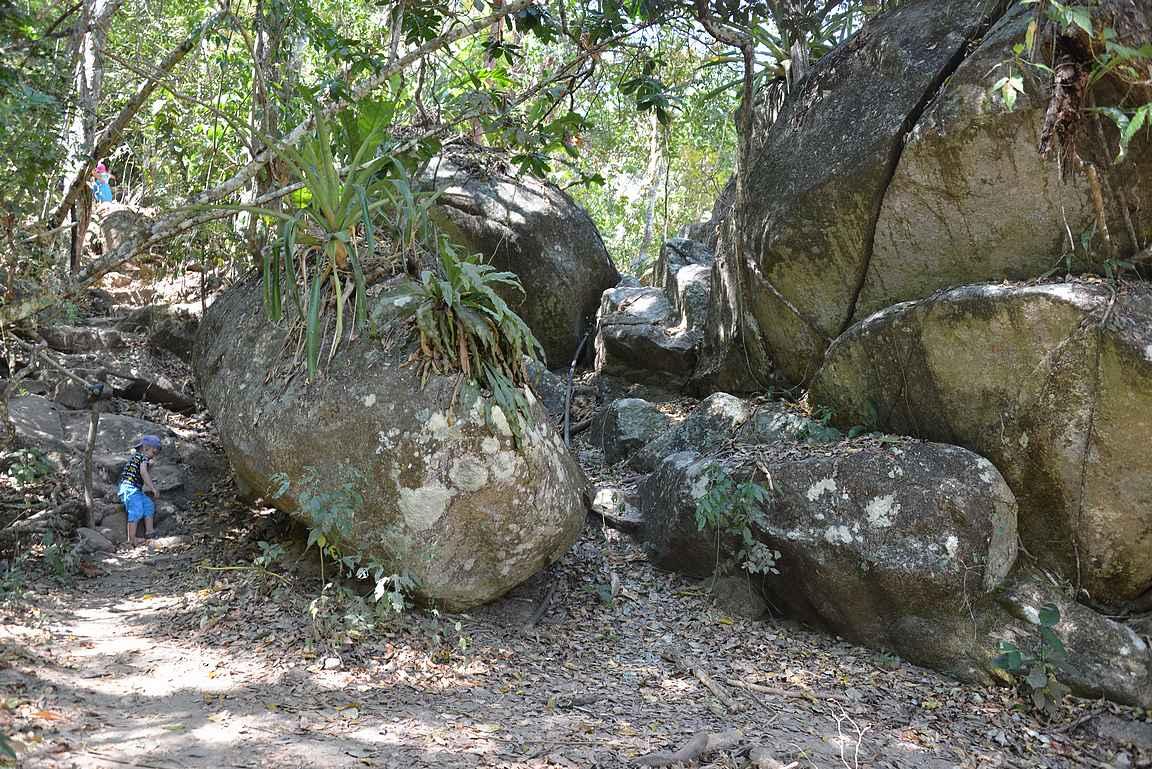 Joen rannassa oli isoja kiviä.
