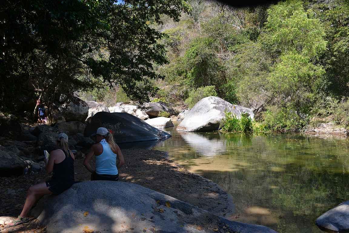 Joki on suosittu virkistymiskohde.